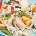 Теплый салат с филе курицы и рисовой лапшой