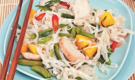 Cалат с филе курицы и рисовой лапшой