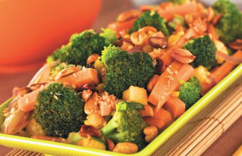 Теплый салат с форелью