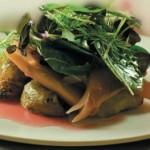 Теплый салат с манго и зеленью