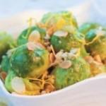Теплый салат из брюссельской капусты и сушеных кальмаров