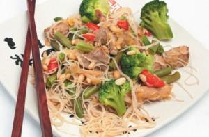 Салат из овощей и мяса с рисовой лапшой