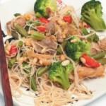 Теплый салат из овощей и мяса с рисовой лапшой
